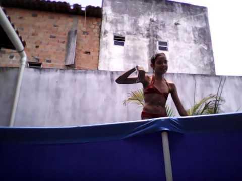 tomando banho na piscina com gabriela
