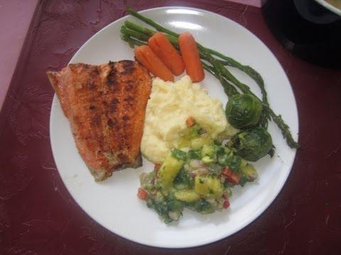Salmon A La Parrilla Con Salsa Tropical Y Puree De Papas