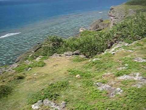 徐々に海へ。6畳ビーチ上の断崖絶壁。