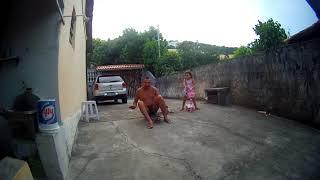 Papai e Rafaela descendo de Patinete em Arraial do Cabo - Janeiro de 2014