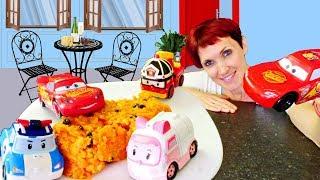 Маша Капуки готовит запеканку для Молнии Маквин и Робокаров.