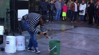 Nghệ sĩ đường phố gõ thùng kiếm cơm ở Las Vegas