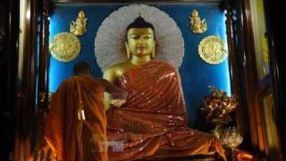 Bodhgaya Mahabodhi temple: Clothes changing session