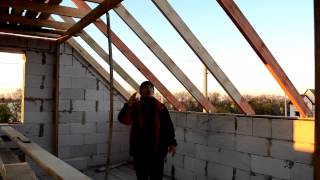 видео Крыша полувальмовая своими руками: чертеж, монтаж и конструкция мансардной двускатной конструкции