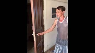 видео Как облагородить стык входной двери со стеной?