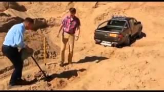Советы Бывалых   Вытаскиваем внедорожник с помощью троса и песка