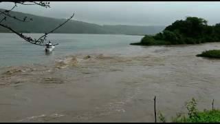 Muita chuva riacho despejando água no rio São Francisco Trai…
