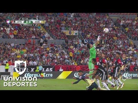 Arreola se cuelga de Edson Álvarez y el árbitro pita penal para América