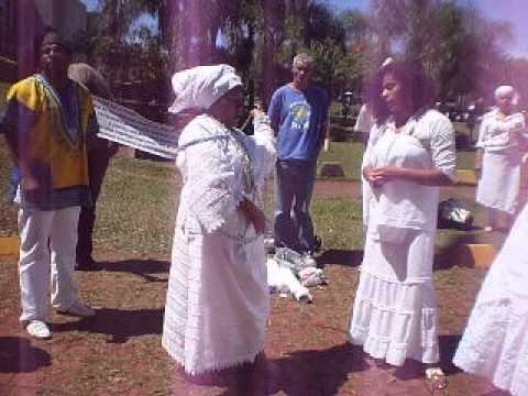Mãe de santo se acorrenta na praça dos três poderes em Londrina