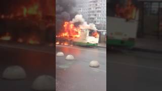 Потушить не удалось((( вызвал пожарных!!! Автобус на ул Мусы Джалиля горит
