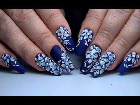 На синем фоне дизайн ногтей