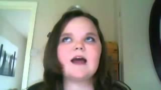 Niña enojada por no poder cantar bien