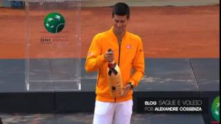 Djokovic hits himself in the head with a cork