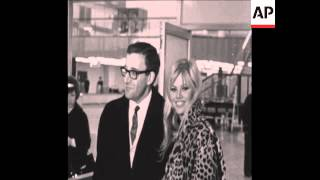 CAN 105 PETER SELLERS AND BRITT EKLAND AT LONDON AIRPORT