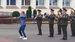 Фото Медуза по сморгонски Зажигательный танец перед военным оркестром