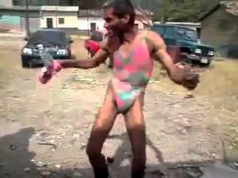 8c1f00bb5ae7 Hombre bailando con traje de baño por una apuest