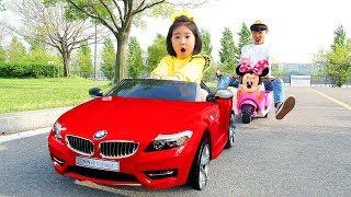 Boram e pai fingem brincar em uma loja de carros de brinquedo