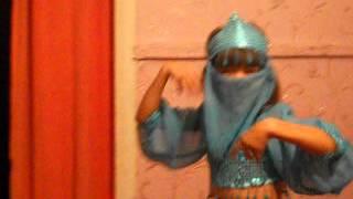 Сабина танцует восточный танец