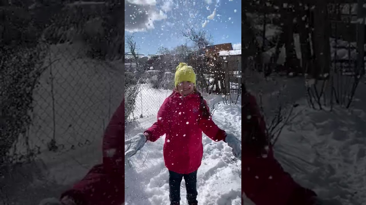 Варя рада снегу, сегодня 23 марта.