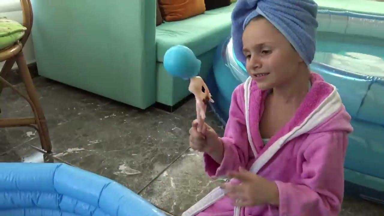 Download Altına Kaka Yapan Barbie'ler Annelerini Çok Sinirlendirdi | Eğlenceli Çocuk Videosu