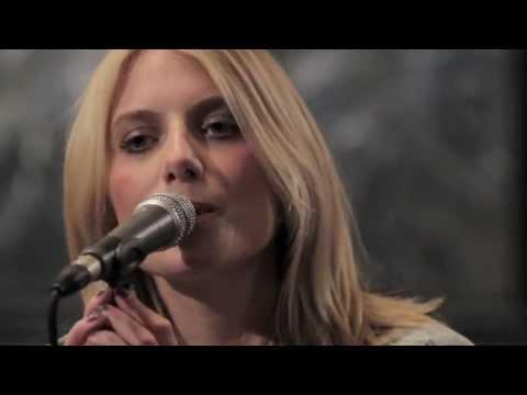 Mélanie Laurent - En T'attendant (W9 HOME Concerts)