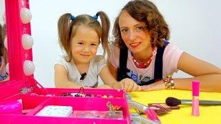 Игры для девочек. МАКИЯЖ. Видео для детей: Играем в салон красоты