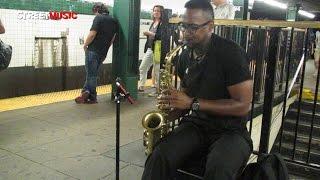 """Henry Sax toca """"Dilemma"""" en el metro de Nueva York"""