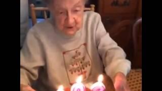 102. Yaşını Kutlayan Ninenin Mumları Üflerken Yaşadığı Ufak Sorun