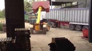 JCB 535-60 loading wheat with 3t bucket