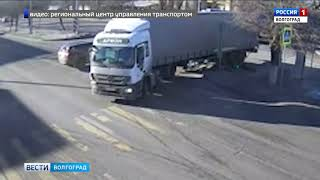 В Волгограде фура снесла светофор