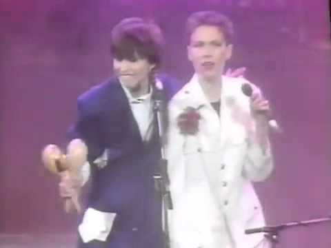 Annie Lennox & Chrissie Hynde - Give It Up (Live)