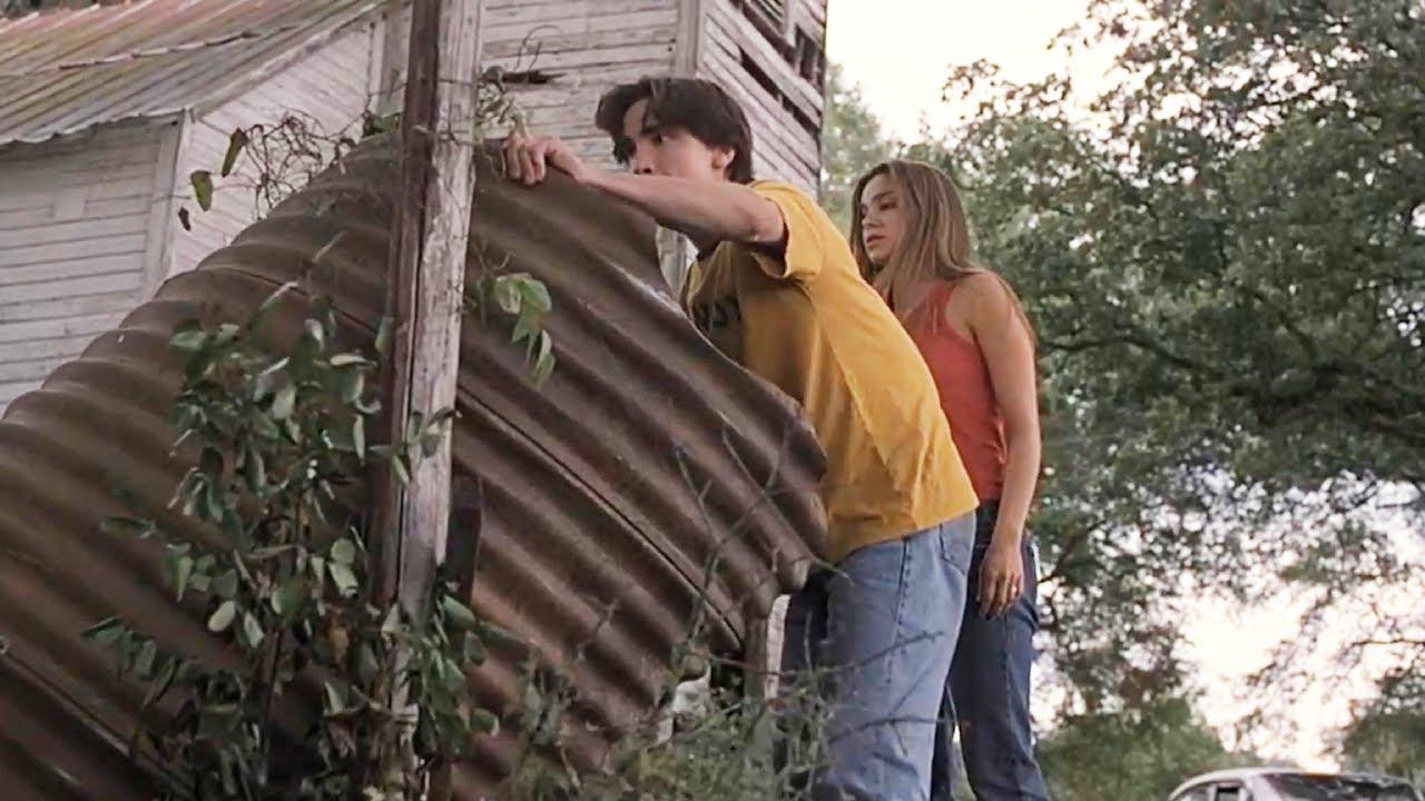 姐弟倆發現一條管道,弟弟很好奇,想都沒想就鑽了進去,這下悲劇了