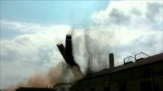 Wyburzanie komina cegielni w Niezabyszewie