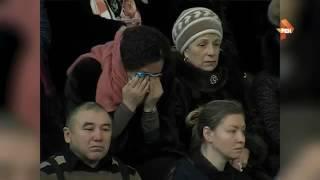 В Нефтеюганске прощаются с погибшими детьми  в жуткой аварии в хмао(В общей сложности попрощаться с жертвами ДТП пришли более 50 тысяч человек.В Нефтеюганске в Центре физическ..., 2016-12-07T14:15:03.000Z)