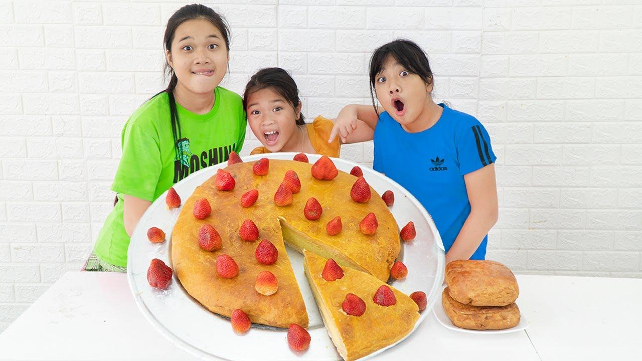 Làm Bánh Trung Thu Khổng Lồ ❤ Bánh Nướng Trung Thu Dâu Tây - Trang Vlog