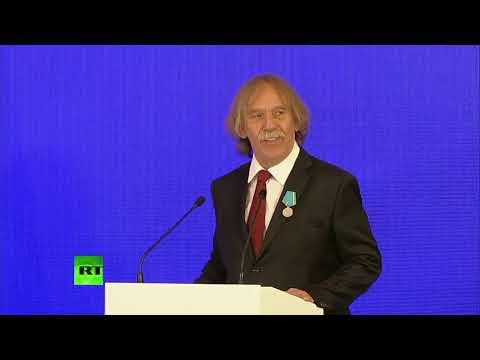 Jaromír Nohavica zpívá u Vladimíra Putina