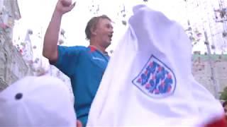 Английские болельщики танцуют на Никольской