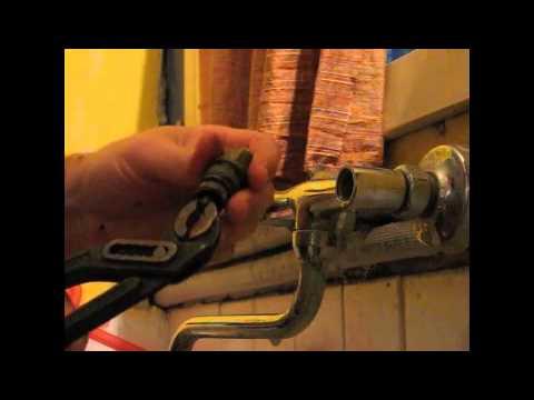 Come installare una presa d 39 acqua per la lavatrice o pe - Cambiare rubinetto bagno ...