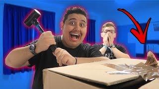 تحدي حاول ما تكسر الصندوق الغالي مع صديقي الأجنبي !! ( كسرت البلايستيشن حقه !!! )
