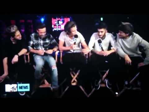 Louis teasing Harry and Harry blushing (larry stylinson moment)