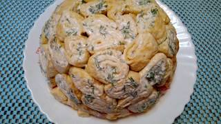 Праздничный салат из колбасы и сыра с блинами
