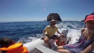 Wyspy Liparyjskie katamaranem z dziećmi. Sailing with kids on a catamaran.