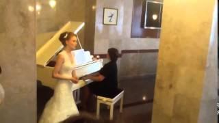 Подарок на свадьбу невесты, вот это голос!