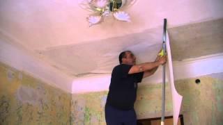 видео Как правильно клеить обои на потолок