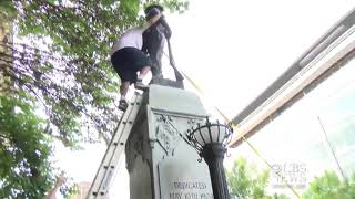 Americká Hysterie 2017 Demonstranti svrhli sochu vojáka Confederate statue in North Carolina Durham