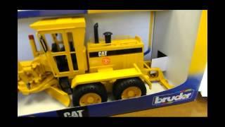 видео Игрушка строительная техника BRUDER грейдер CAT (/пластик/для мальчика)