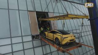 видео: Подъем автомобиля LEXUS в Москва Сити