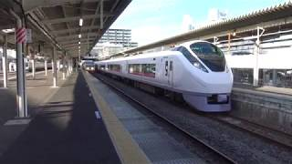 勝田駅を出発する上野東京ライン常磐線上り特急ときわE657系と停車中の常磐線上りE501系