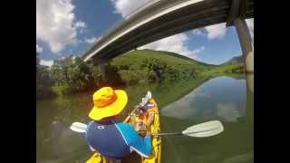 Kayak à voile, moteur et pagaie : rivière de la Nera, à Bourail.