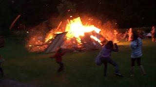 Explosion du feu de joie de la Saint-Jean-Baptiste au camping